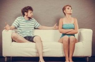 Unangenehme Gespräche - Paar, das auch der Couch diskutiert