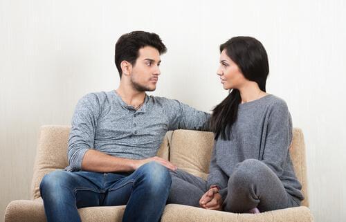 Paar, das ein Gespräch führt