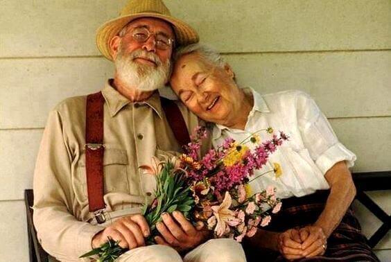 Ein altes Ehepaar genießt das Zusammensein.