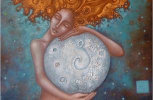 Frau und Mond - Frau, die den Mond umarmt