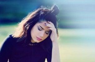 Zwanghafte Gedanken - Frau fasst sich an die Stirn