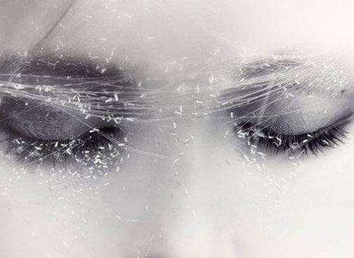 Frau, dessen Augen mit Staub bedeckt sind