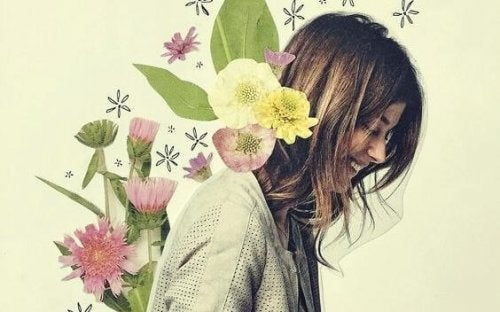 Lächelnde Frau mit Blumen im Hintergrund