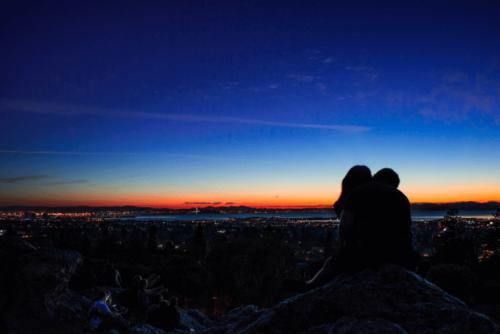 Paar, das sich den Sonnenuntergang ansieht