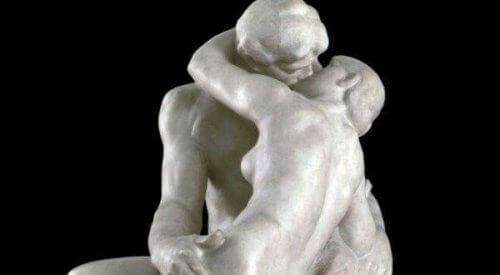 Anatomie eines Kusses - Statue eines sich küssenden Paares