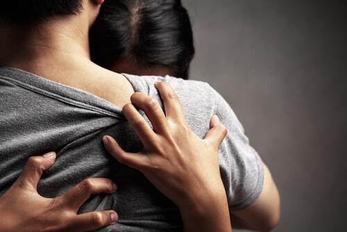 Frau klammert sich in emotionaler Abhängigkeit an einen Mann