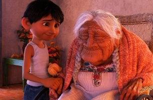 """Umgang mit Alzheimer - Coco und seine Großmutter, die an Alzheimer leidet. (Filmszene aus """"Coco"""")"""