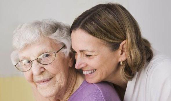 Diese Frau liebt und respektiert ihre Mutter auch in hohem Alter.