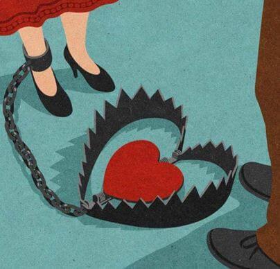 Eine Frau ist an eine Bärenfalle angekettet, in der ein Herz steckt
