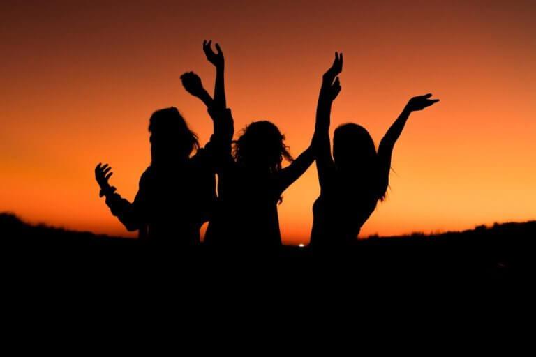 Drei Frauen bei Sonnenuntergang
