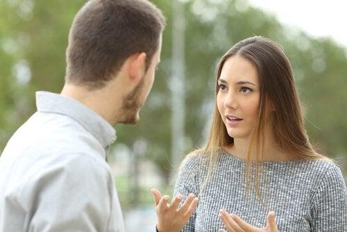 Partner sprechen energisch miteinander