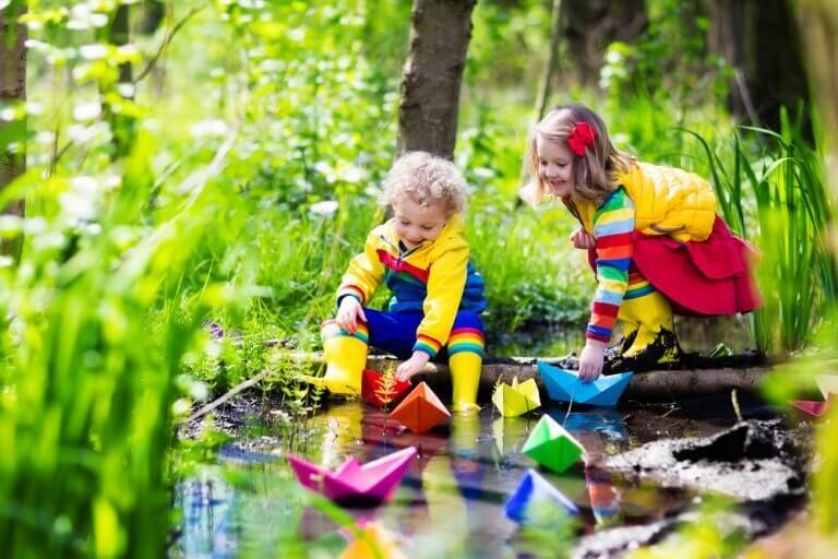 Im Wald spielende Kinder