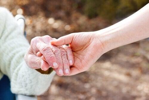 Personen zweier Generationen halten sich an den Händen