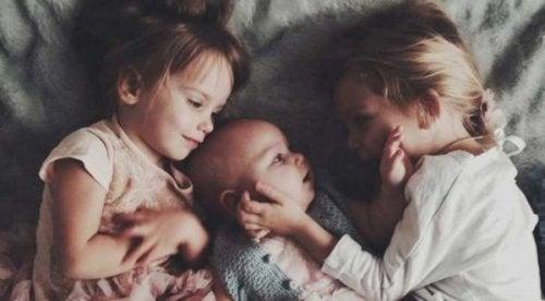 Ältere Geschwister mit Kleinkind