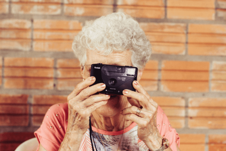 Oma mit einer analogen Kamera