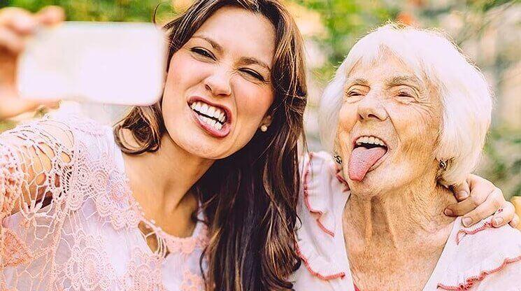 Junge und alte Frau machen ein Selfie