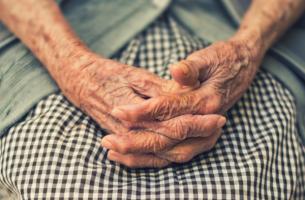 Wie wirkt sich Demenz auf die Familie aus? - alte Hände