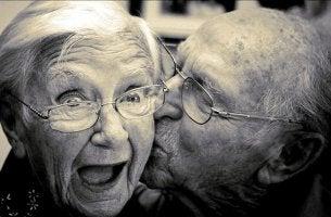 Glücklich altern - Opa gibt Oma einen Kuss