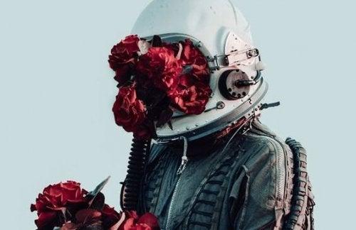 Mann mit Uniform und Helm voller Blumen