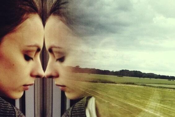 Frei von Sorgen? - Besorgte Frau schaut aus dem Zugfenster
