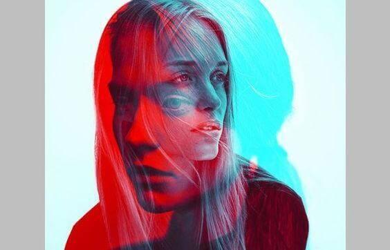 Mutige Frau in Blau und Rot