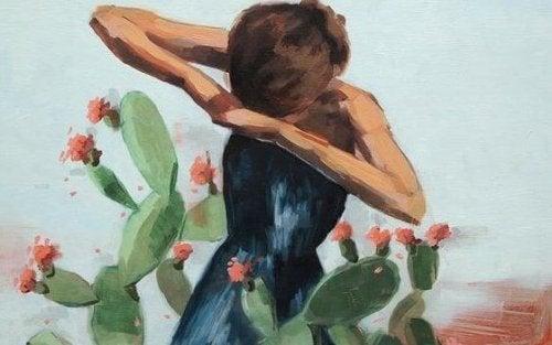 Ein Mädchen steht bei einem Kaktus