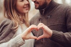 Verbindung zum Partner - Paar formt mit den Händen ein Herz