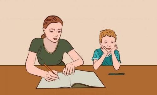 Bei den Hausaufgaben helfen - Eine Mutter hilft ihrem Sohn bei den Hausaufgaben.