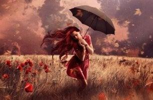 Fantasie - Frau läuft durch ein Mohnfeld