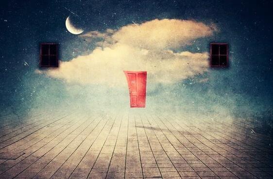 Surrealistisch anmutendes Bild mit Fenster, Tür und Mond in Traumlandschaft.