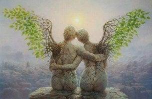 Das Lieben lernen - steinerne Figuren umarmen sich