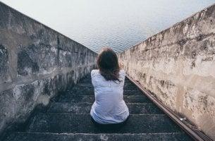 Frau blickt auf das Meer