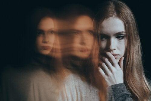 Eine Frau, die jemandes Anwesenheit spürt. Sie fühlt sich unwohl und sieht Schatten.