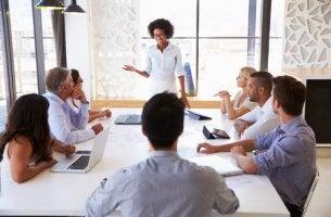Mehr Charisma - Frau hält Präsentation bei Meeting