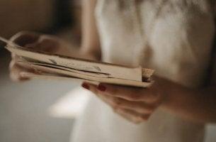 Typischer Teenager - Frau liest einen Brief