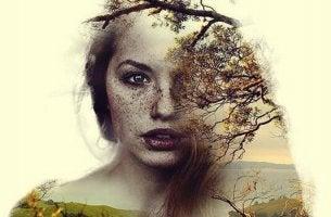 Stärkster Verbündeter - Frau hinter einem Baum