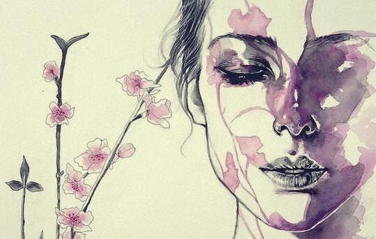 Frau mit geschlossenen Augen und Blumen