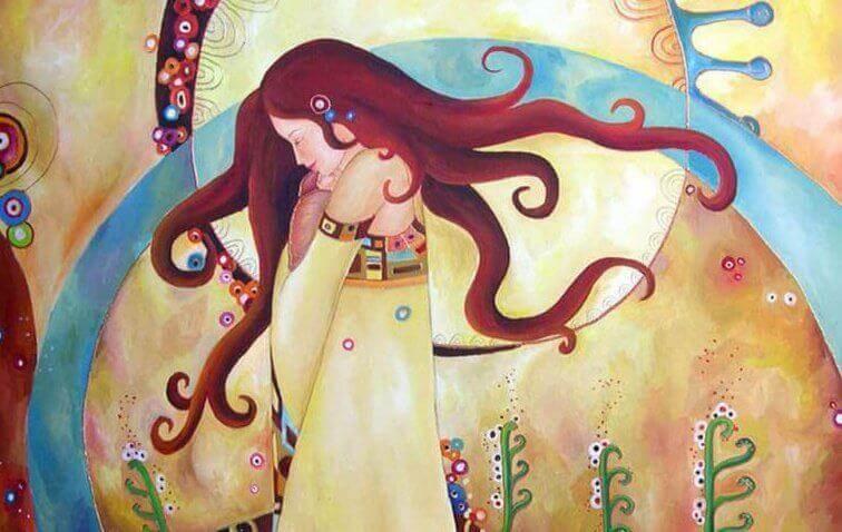 Frau umarmt sich selbst mit geschlossenen Augen