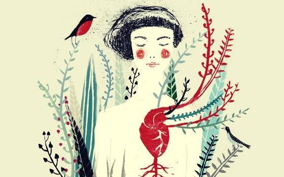 Frau mit rotem Herz und umgeben von Pflanzen