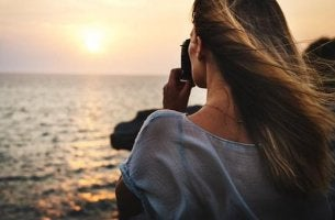 Menschen, die eine Depression überwunden haben - Frau schaut auf's Meer