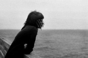 Lebewohl sagen - Frau schaut auf's Meer