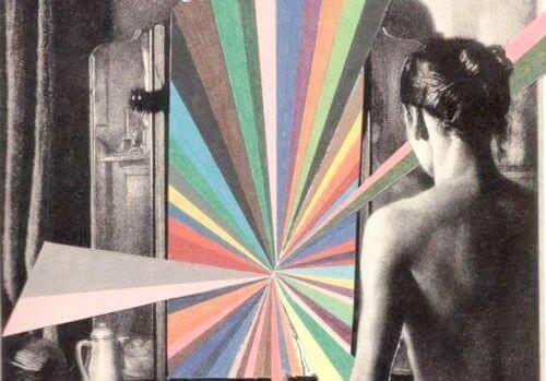 Frau steht vor einem hypnotisierenden Spiegel