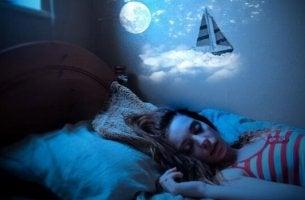 Ich spreche, während ich schlafe - Frau schläft im Bett
