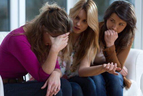 Frau spricht mit Freundinnen über psychologischen Missbrauch