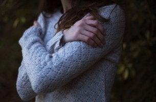 Selbstwert steigern - Eine Frau umarmt sich selbst.