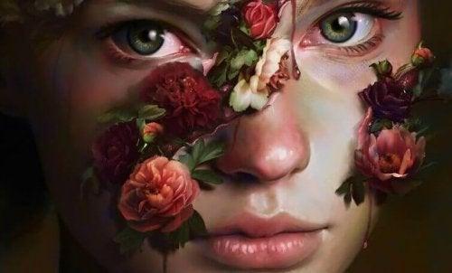 Eine Frau, der Blumen aus dem Gesicht wachsen