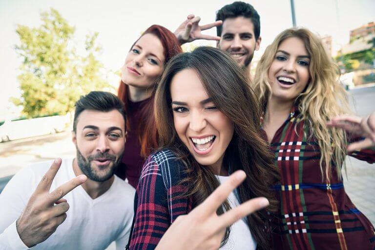 Freunde, die ein Selfie von sich machen
