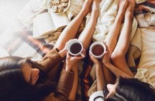 Reden, ein natürliches Heilmittel - Freunde trinken gemainsam Kaffee