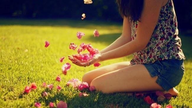 Geboren werden - Blütenblätter in der Hand