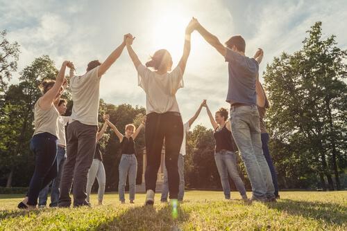 Personen bilden einen Kreis und halten sich an den Händen